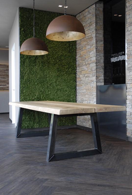 Eiken stam/ vergadertafel. industriële tafel, Brasserie Sterrebos. 2015. Robert Uenk / Atable