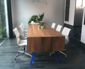 Zwart-Notenhouten tafel met dubbel- omgeklapt blad.