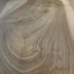 Stam Frans Notenhout. Twee delen zijn gespiegeld verlijmd. Onderstel van 10 mm dik staal gebruikt, geschuurd en geolied.