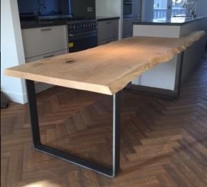 Gemaakt van eikenhout als onderdeel van een keuken. Kan losstaand gebruikt te worden. Aangeschoven loopt de houtnerf ononderbroken door.