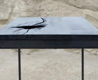 Tafeltje, Piedestal, Van zwart berookt Eikenhout op iele stalen pootjes 110 x 40 x 40 cm, bewerkt met ijzeroxide en olie.