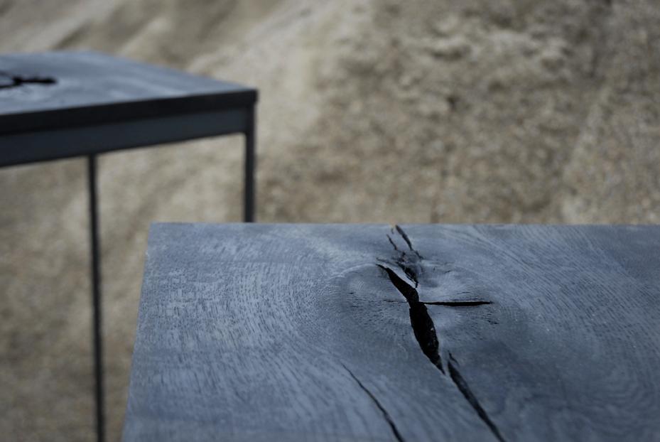 Ranke tafeltjes van eikenhout, gezwart met ijzeroxide.
