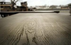 Tafel vrij van toegevoegde vormgeving,  stam Eikenhout, met pen- en gatverbindingen, berookt met grijze toon.