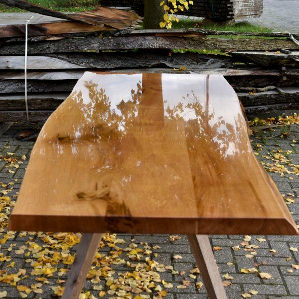 Een uitglijder; Eikenhouten tafel met epoxy afwerking